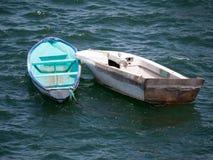 2 маленькой лодки, один aqua, одна белизна, связанная совместно стоковая фотография rf