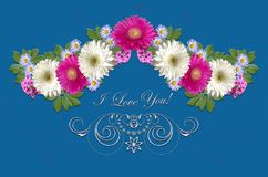 Малиновые и белые gerberas, малые фиолетовые астры и белый орнамент с приветствовать я тебя люблю на сизоватой предпосылке Стоковое Изображение RF