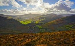 Малое, довольно деревня в Ирландии сидит устроенный удобно между горами стоковое фото rf