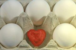 Малое красное сердце в раковине белого яичка на голубой предпосылке Стоковые Фотографии RF