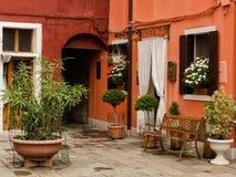 Малое патио ярко покрашенных домов в Burano, Италии Стоковые Фотографии RF