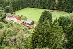 Малое поселение в горах Harz, между лесом и A.M. стоковые фотографии rf