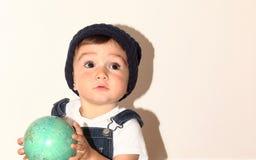 Малое прелестное elven месяцы весь младенец представляя перед камерой Стоковое Изображение RF