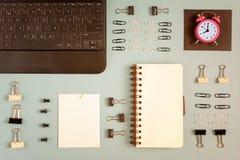 Малое розовое рабочее временя символа будильника, концепция Место для текста на пустой странице блокнота, канцелярских принадлежн Стоковое фото RF