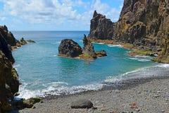 Малое уединённое Pebble Beach окруженное утесами, Прая делает Zimbralinho, Порту Santo, Мадейру, Португалию Стоковые Изображения RF