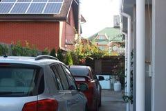 Малое уютное патио с автомобилями и цветками стоковое изображение