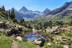 Малое laggon около озера Respomuso в долине Tena в Пиренеи, Уэске, Испании стоковые фотографии rf