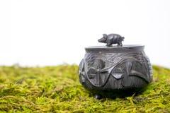 Малой высекаенный рукой бак черного дуба трясины античный ирландский с Shamrocks Стоковая Фотография
