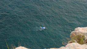 Маломерное судно плавает на море сток-видео