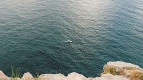 Маломерное судно плавает на море видеоматериал