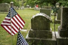 Малые американские флаги и надгробные камни в МАМАХ Бостона стоковые изображения rf