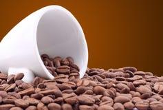 Малые белые зерна чашки кофе Стоковые Фотографии RF