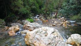 Малые водопады прозрачной воды внутри горы сток-видео
