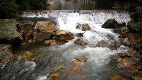 Малые водопады прозрачной воды внутри горы видеоматериал