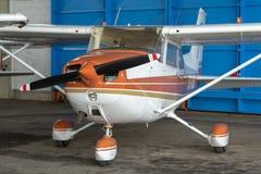 Малые воздушные судн спорта припаркованные в ангаре, конце вверх деталь Стоковая Фотография