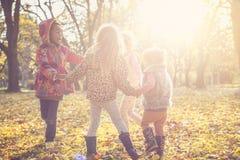 Малые девушки играя в парке Стоковые Фотографии RF