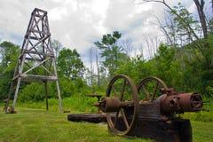 Малые деревянные деррик-кран и машинное оборудование стоковые фото