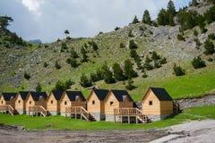 Малые деревянные дома туристов в албанской горе стоковая фотография