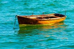 Малые деревянные шлюпки состыкованные в море стоковая фотография rf