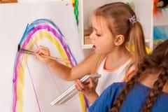 Малые дети студентов крася в классе художественного училища Стоковое Фото