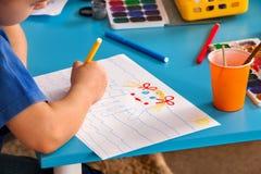 Малые дети студентов крася в классе художественного училища Стоковые Фотографии RF