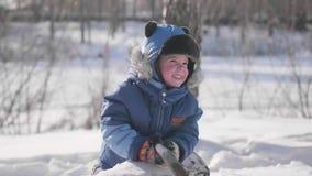 Малые детские игры в зиме паркуют, смех и улыбки Солнечный морозный день Потеха и игры в свежем воздухе видеоматериал