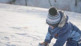 Малые детские игры в зиме Солнечный морозный день Потеха и игры в свежем воздухе сток-видео