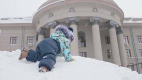 Малые детские игры в снеге зима дня солнечная Потеха и игры в свежем воздухе акции видеоматериалы