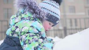 Малые детские игры на снежной горе Солнечный морозный день Потеха и игры в свежем воздухе видеоматериал