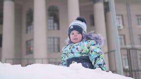 Малые детские игры на снежной горе, ходы идут снег и смех Солнечный морозный день Потеха и игры в свежем воздухе видеоматериал