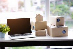 МАЛЫЕ И СРЕДНИЕ ПРЕДПРИЯТИЯ, accesery для модели покупок продавца онлайн и домашней стоковые изображения