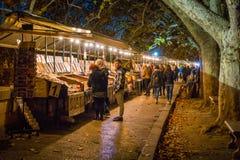 Малые магазины на реке Тибре около моста в вечере зимы, Рима Umberto i, Италии стоковое фото rf