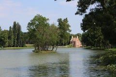 Малые остров и Голландия расквартировывают ¡ z Голландии Hà на острове в саде усадьбы Classicist в Dég Стоковое Фото