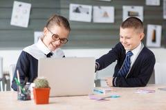 Малые предприниматели работают в офисе на их проектах Стоковые Изображения