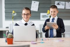 Малые предприниматели работают в офисе на их проектах Стоковая Фотография