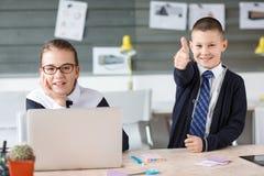 Малые предприниматели работают в офисе на их проектах Стоковое Изображение RF