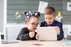 Малые предприниматели работают в офисе на их проектах Стоковое Изображение