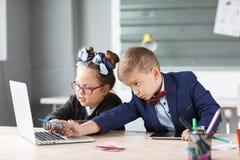 Малые предприниматели работают в офисе на их проектах Стоковые Фотографии RF