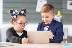 Малые предприниматели работают в офисе на их проектах Стоковые Изображения RF