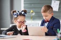Малые предприниматели работают в офисе на их проектах Стоковая Фотография RF