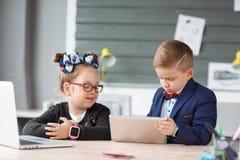 Малые предприниматели работают в офисе на их проектах Стоковое фото RF