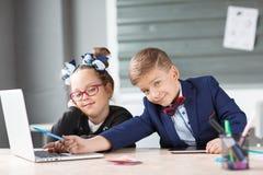 Малые предприниматели работают в офисе на их проектах Стоковые Фото