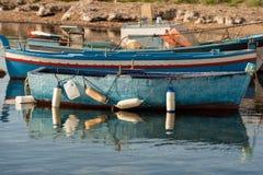 Малые рыбацкие лодки в Marzamemi Сицилии Италии Стоковые Фотографии RF
