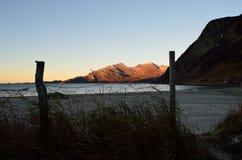 Малые след и строб перед белым песком пляжа с океаном и горой Стоковые Изображения RF