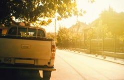 Малые солнечные улица и автомобиль стоковое изображение
