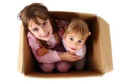 Малые счастливые девушки в бумажной коробке Стоковое Изображение