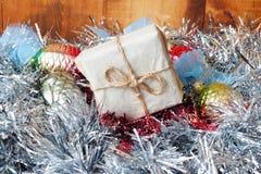 Малые Handmade подарочные коробки в сияющей сусали на деревянной предпосылке стоковые изображения