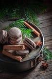 Малые macaroons для рождества с циннамоном и спрусом Стоковое Изображение RF