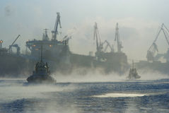 Малые tugboats в морозном помохе Стоковые Изображения RF