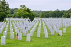 Малый американский флаг удостаивает gravesite ветераны Второй Мировой Войны Стоковое Фото